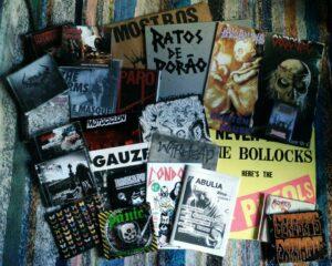 Algunos de los discos y fanzines que ponemos y reseñamos