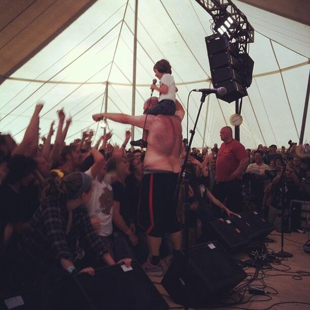 Pink Eyes de la banda Fucked Up a su paso por el Hillside Festival de Guelph, julio de 2013